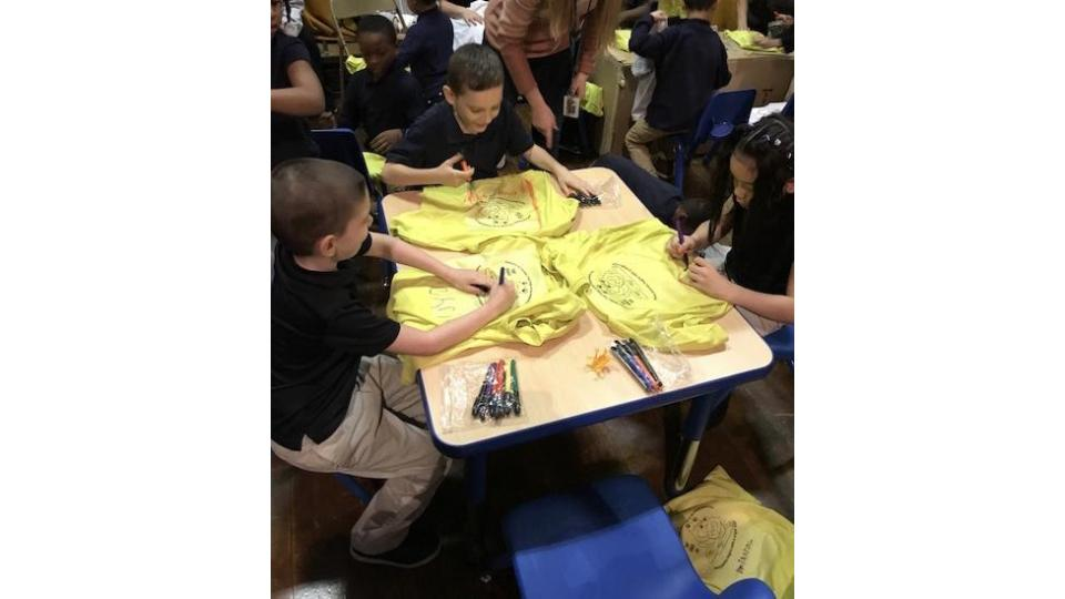 Helping elementary students make T shirts about endangered species